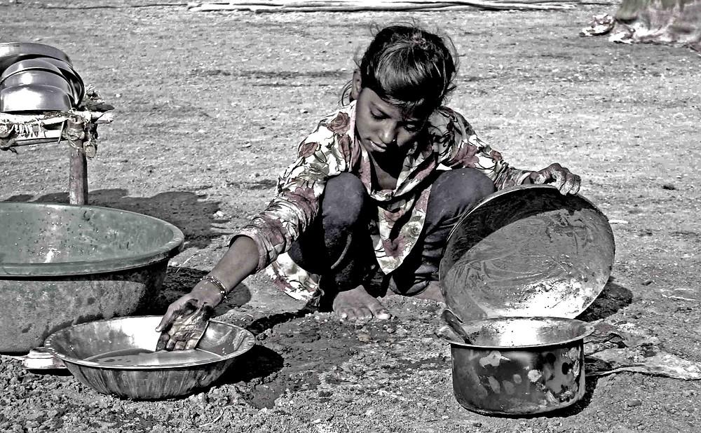 Bambina lava le pentole con la sabbia (Wild Ass Sanctuary, Little Rann, Gujarat – India, novembre 2018)