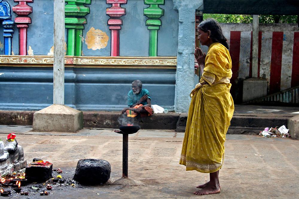 Donna prega a Tiukkalikundram (India – Tamil Nadu, Kerala, Karnataka – novembre/dicembre 2017)