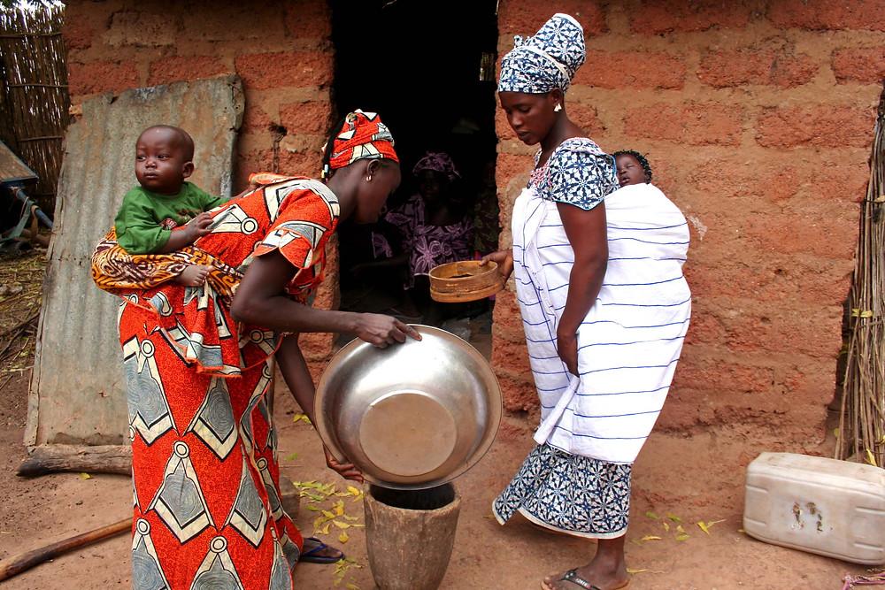 Donne con bambino al villaggio Touba Gouye (etnia Wolof) – (Senegal – febbraio 2016)