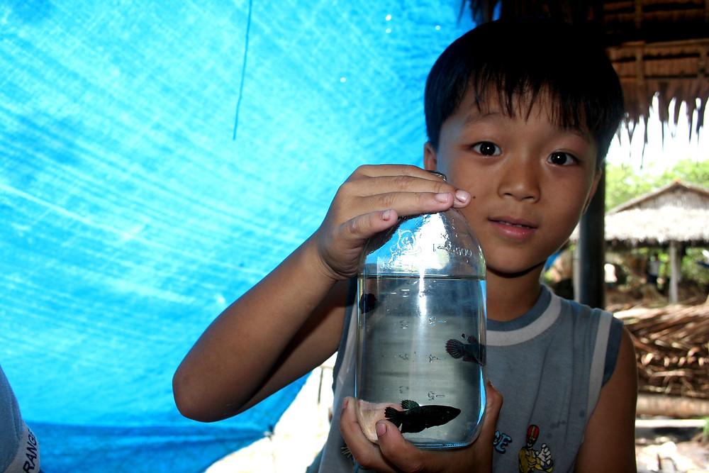Bambino con i suoi pesciolini sul delta del Mekong  (Hoa Ninh, Vietnam – marzo aprile 2009)