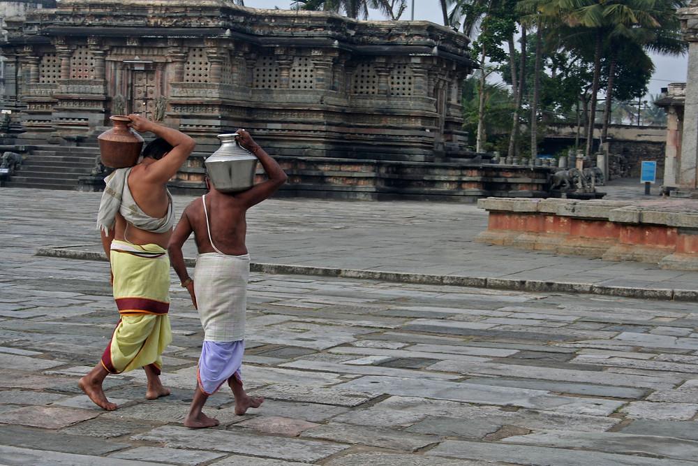 Bramini portano l'acqua presa dal pozzo per benedirla prima delle pujas al Channakeshava temple a Belur (India – Tamil Nadu, Kerala, Karnataka – novembre/dicembre 2017)