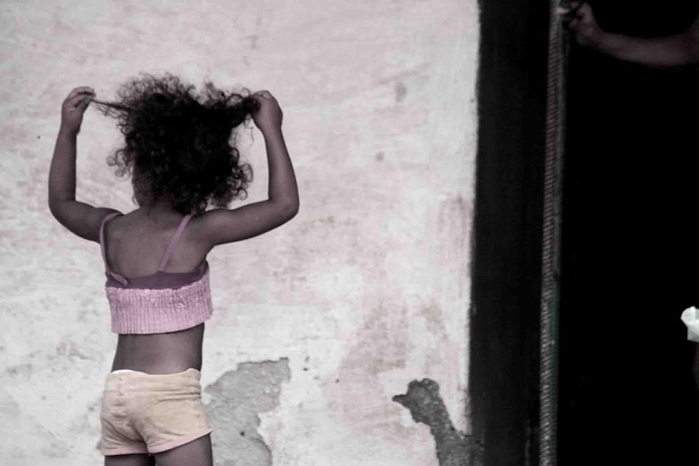 Bambina che gioca con i suoi capelli (Finca Manaca Iznaga – maggio 2017)