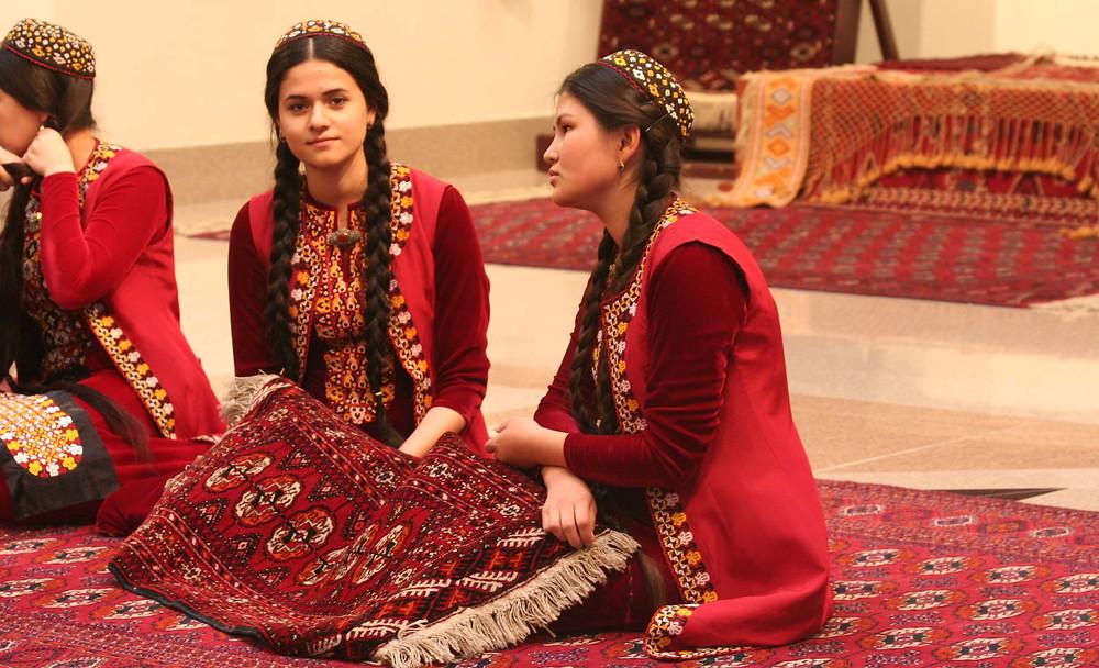 Studentesse di lingue al Museo del Tappeto di Ashgabat (Turkmenistan, aprile-maggio 2016)
