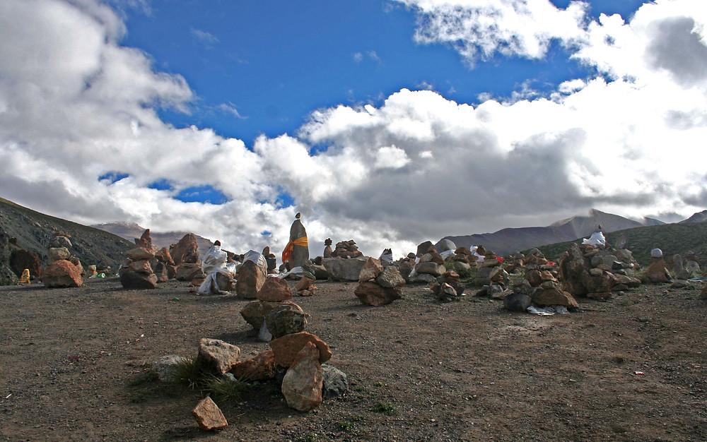 Cumuli votivi di preghiera lungo il cammino della kora (Tibet – agosto 2019)