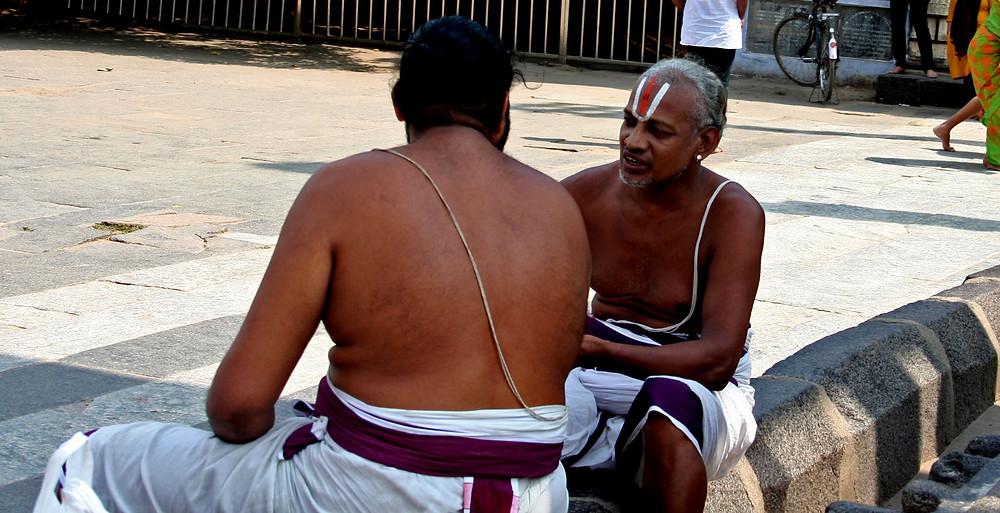 Bramini dialogano allo Sabhanayaka Nataraja temple di Chidambaram (India – Tamil Nadu, Kerala, Karnataka – novembre/dicembre 2017)