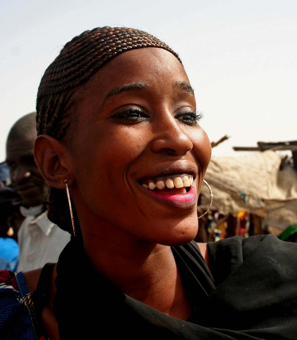Giovane donna al mercato Keur Ibra Yasine (Senegal – febbraio 2016)