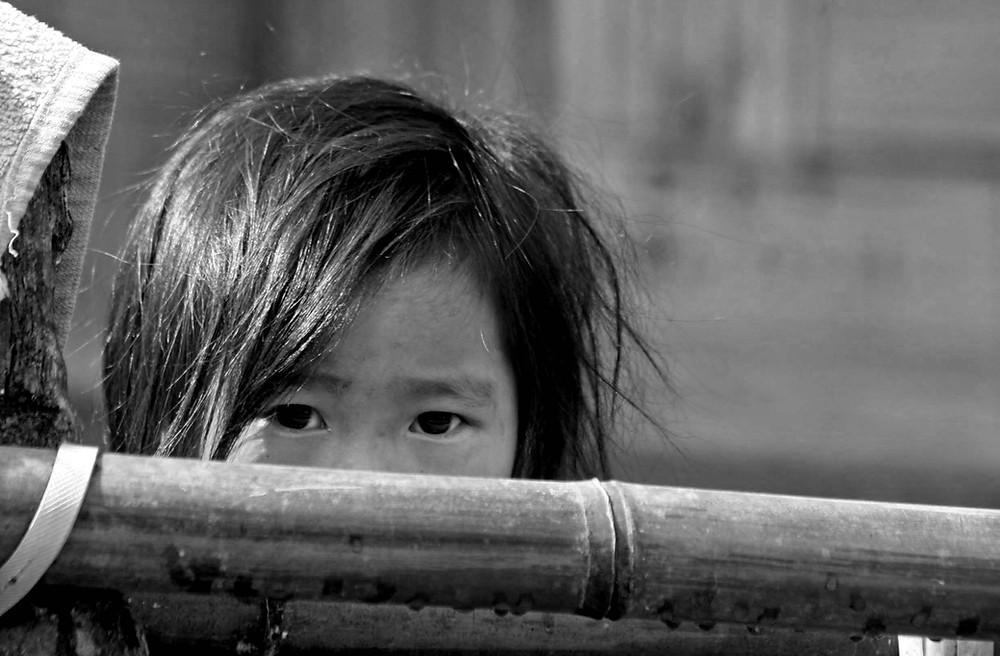 Sotto lo sguardo di una bambina (Ziro valley, Arunachal Pradesh, India – marzo 2012)