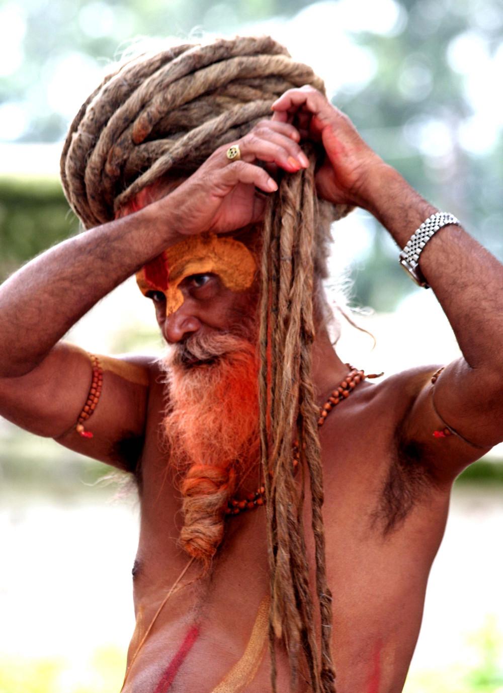 Sadhu che raccoglie i capelli (Pashupatinath – Nepal, agosto 2019)