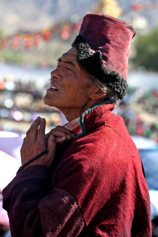 La reazione di un monaco quando il XIV Dalai Lama inizia a parlare al grande raduno di Choglamsar (presso Leh, , Ladakh – India, agosto 2013)