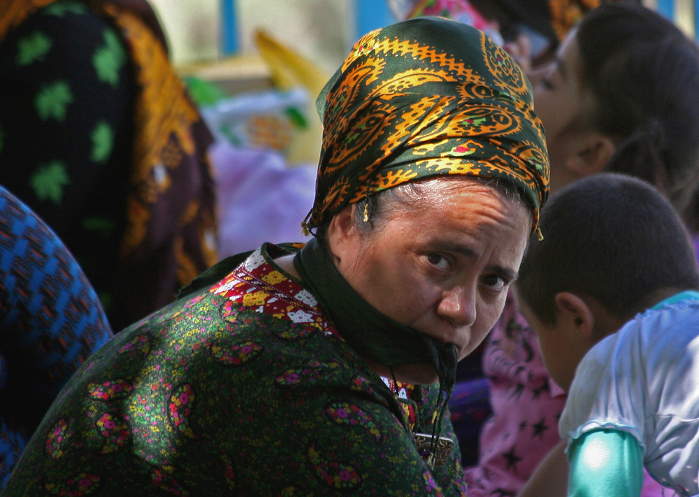 Donna al santuario di Qyz Bibi  (Nokhur – Turkmenistan, aprile-maggio 2016)