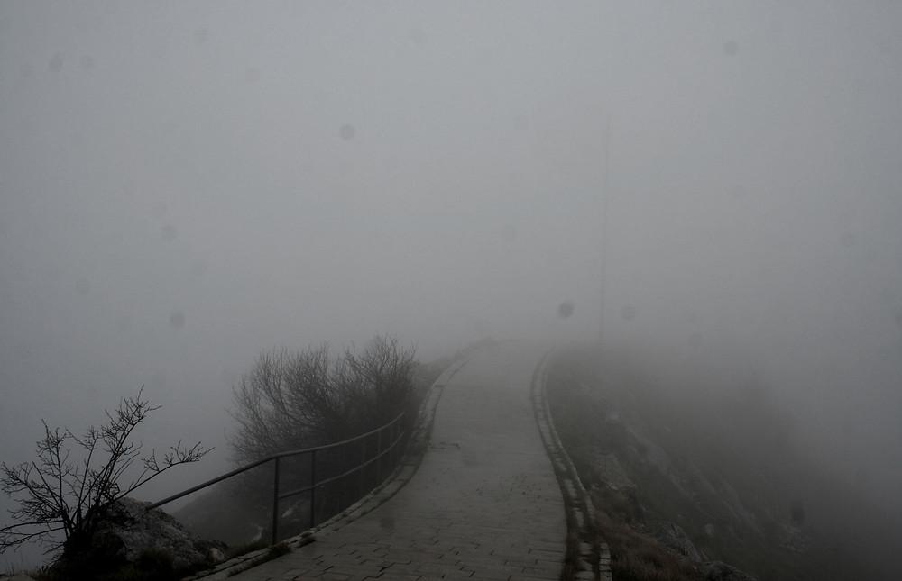 Camminando tra nebbia e nuvole sul monte Lovćen – gocce di pioggia sull'obiettivo comprese (Mausoleo di Njegoš a Cetinje – Montenegro, aprile-maggio 2019)