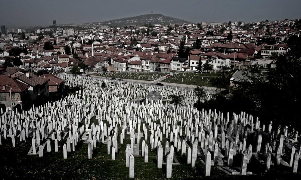 Memoriale Kovači visto dalla collina (Sarajevo – Bosnia-Erzegovina, aprile/maggio 2019)