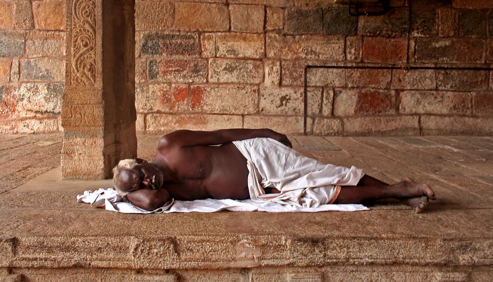 Pellegrino si riposa nell'Ekambareshwara temple di Kanchipuram (India – Tamil Nadu, Kerala, Karnataka – novembre/dicembre 2017)