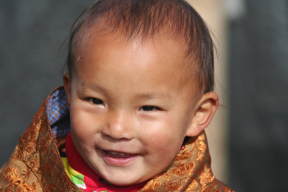 Bambino vestito in maniera tradizionale nella valle del Bumthang (Bhutan – novembre 2008)