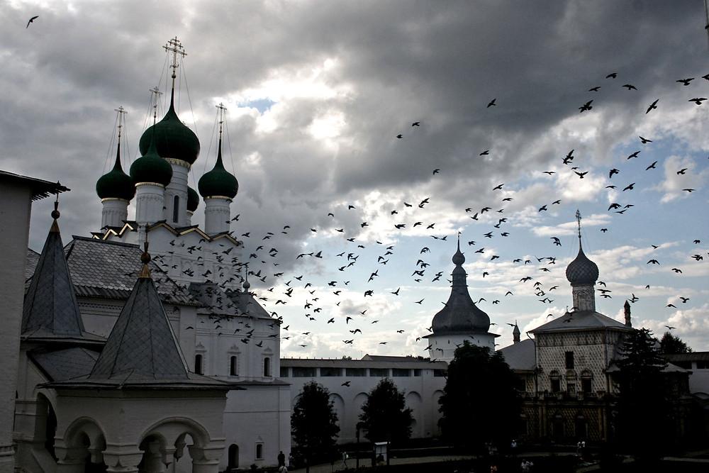 Cupole, chiese, nuvole ed uccelli (Monastero di Rostov Velikij – Russia, agosto 2017)
