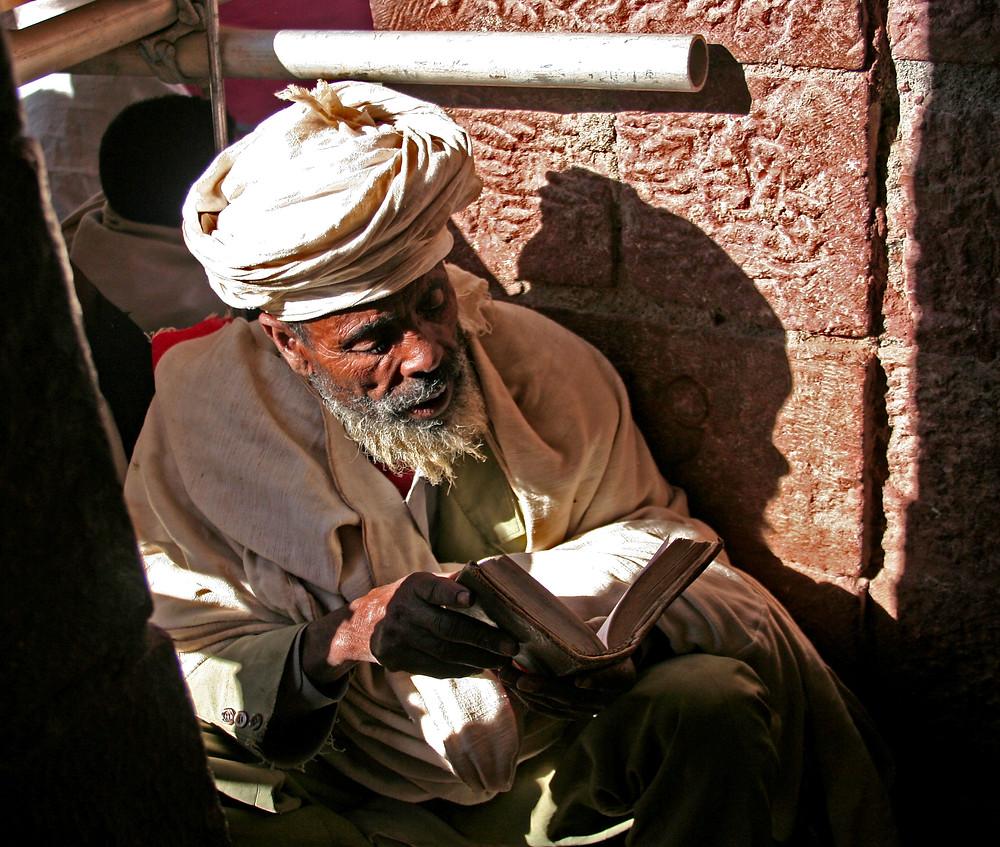 Pregare in un canto della Bet Gyorgis (Lalibela – Etiopia, dicembre 2009/gennaio 2010)