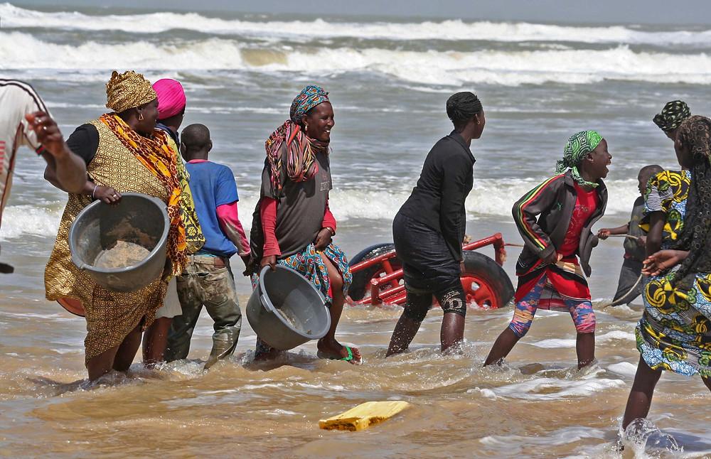 Colti da un'onda improvvisa… si sorride (villaggio di pescatori di Thies Kajal – Senegal febbraio 2016)