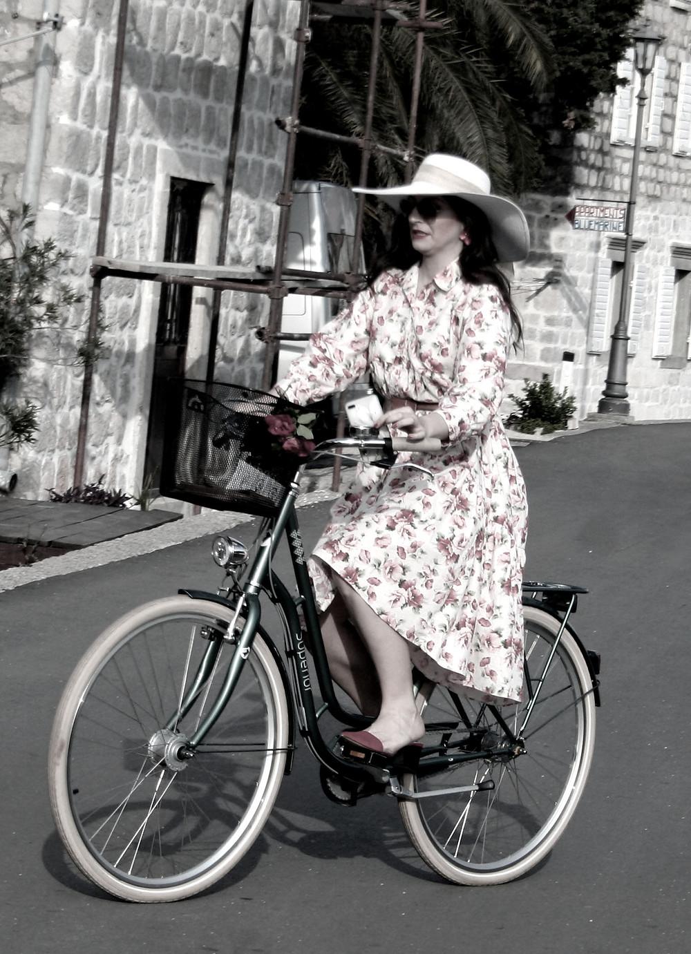 Donna in bicicletta (Perast – Montenegro, aprile-maggio 2019)