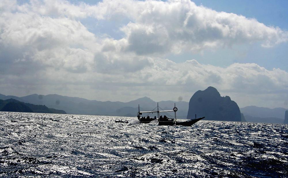 Scatto in controluce fa il mare argenteo (Bacuit Archipelago – Filippine, gennaio 2020)