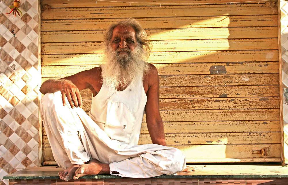 Vecchio seduto (Dwarka, Gujarat – India, novembre 2018)