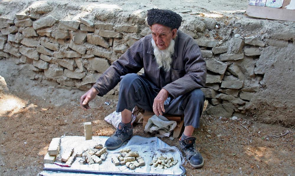 Vecchio venditore nella farmacia di Nokhur (Turkmenistan, aprile-maggio 2016)