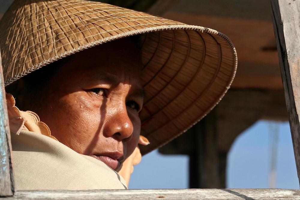 Donna al mercato galleggiante presso Cai Be  (Vietnam, marzo-aprile 2009)