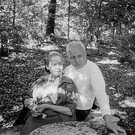 Aragon et Elsa Triolet dans leur parc de Saint-Arnoult-en-Yvelines