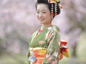 日本髪で早咲きの桜と