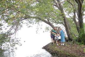 びわ湖の湖畔でファミリーフォト