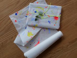 Geschenkpapier mit Rüstabfällen bestempeln