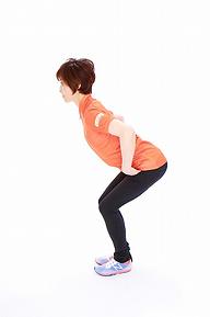 3.その状態のまま膝を曲げて、上体を上下に引っ張り合います