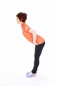 2.股関節に手を当て、上体を45度倒します