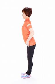 1.脚を床から、垂直に立たせ、胸を張ります
