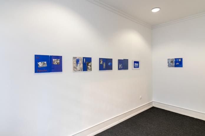 Vista da exposição com obras de Chrischa Oswald