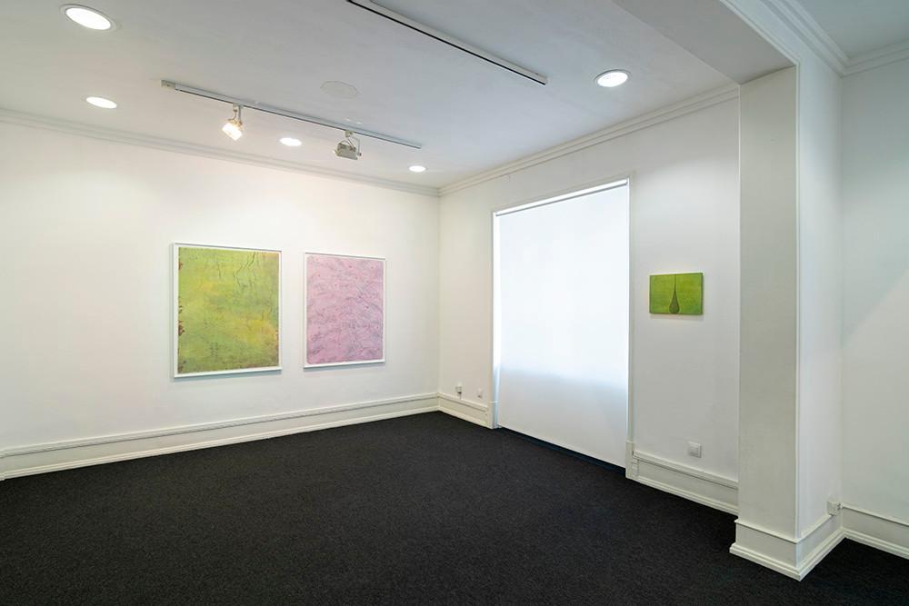 """Vista da exposição """"autoritratto"""" de Renzo Marasca, 2020-2021."""