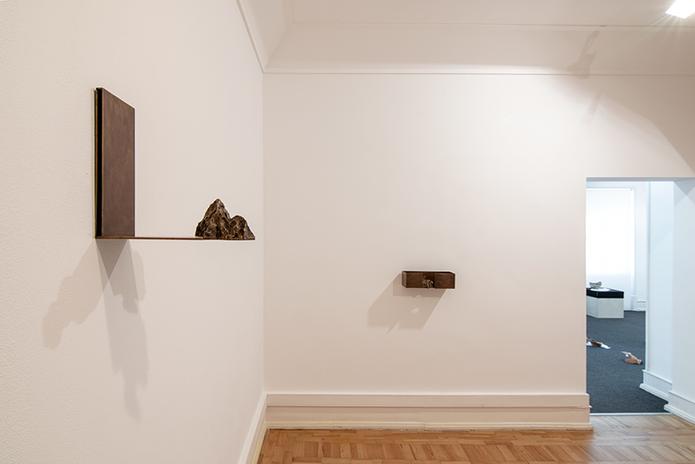 Vista da sala com as esculturas de Cristina Ataíde