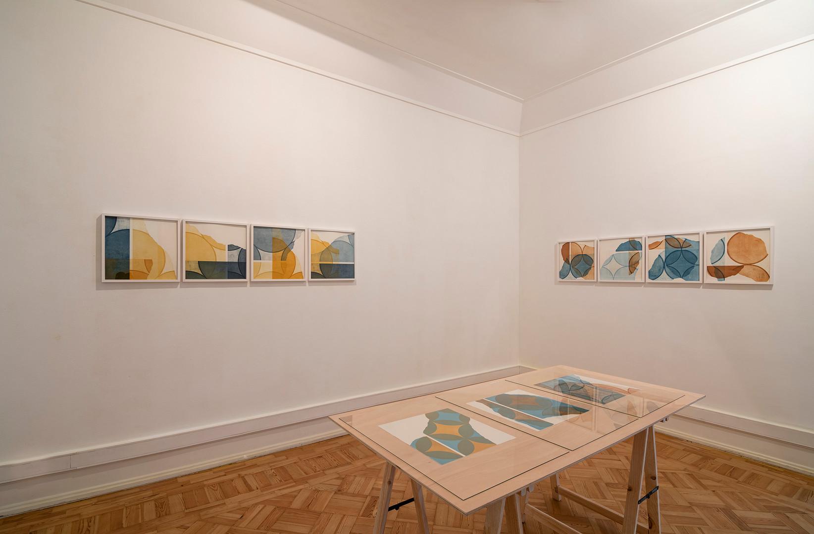"Vista da exposição ""in a row I+II"" de Pedro Boese, 2020  © Eduardo Sousa Ribeiro, 2020  Esquerda: in a row I, 2020 Gravuras de Aquatinta a 4 cores sobre papel artesanal Bütten 340g 38,5 x 38,5 cm (mancha) cada 40 x 40 cm (moldura) Ed. de 6 + 1 PA  Direita: in a row II, 2020 (parede do fundo) Gravuras de Aquatinta a 4 cores sobre papel artesanal Bütten 340g 38,5 x 38,5 cm (mancha) cada 40 x 40 cm (moldura) Ed. de 6 + 1 PA  Na mesa: Sem Título, 2017 (lado esquerdo) Gravura de Aquatinta sobre papel Zerkall Bütten de 340g 38 x 36 cm Prova única  Sem Título, 2019 (no meio) Gravura de Aquatinta sobre papel Zerkall Bütten de 340g 38,5 x 38,5 cm Ed. 1/6  modultypIV_38,5_r18_w90, 2019 (lado direito) Gravura de Aquatinta sobre papel Zerkall Bütten de 340g 38,5 x 38,5 cm Ed. 2/6"