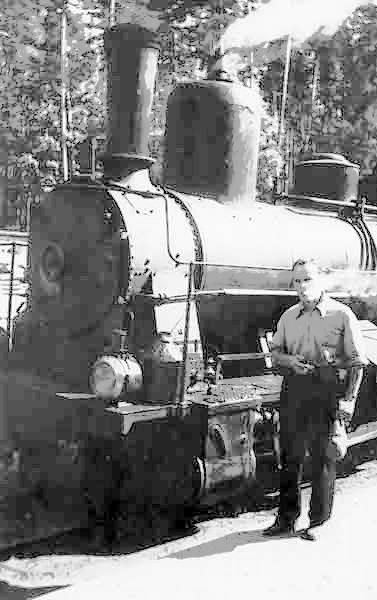 Паустовский возле поезда мещерской узкоколейки