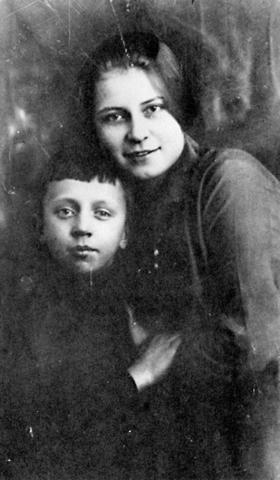 Юра Изряднов со своей тетей Шурой Есениной