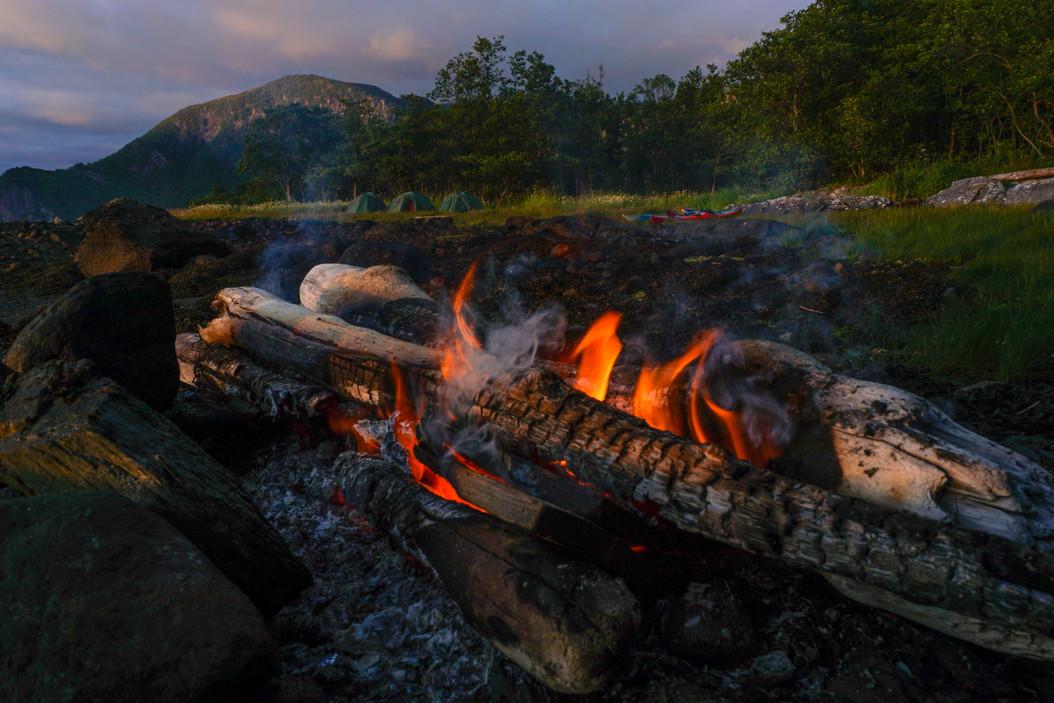Campfire_on_the_beach_norway_evoke.jpg