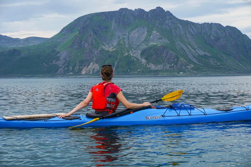enjoying_the_scenery_by_kayak_lofoten_ev