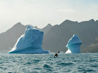 Kayaking_between_iceburgs_greenland_evok