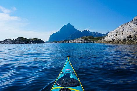Steep_mountian_view_from_kayak_lofoten_e