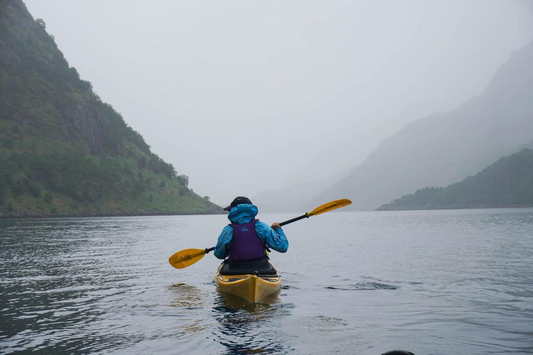 Kayaking_in_moody_fjord_lofoten_Evoke_ad