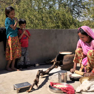Mère cuisinant des chapatis