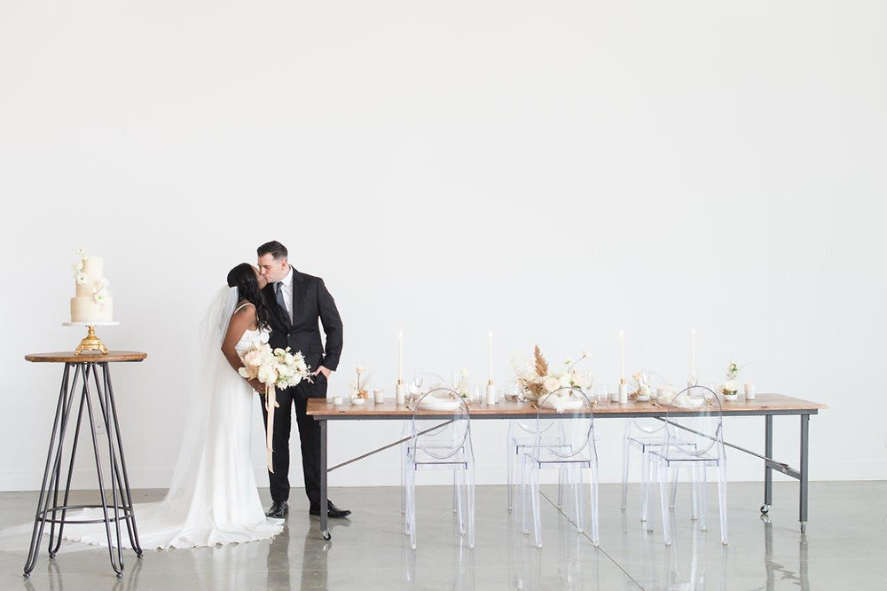 Bride and groom kissing at minimalist wedding at Little Lights on the Lane with flowers by Studio Bloom Iowa floral designer