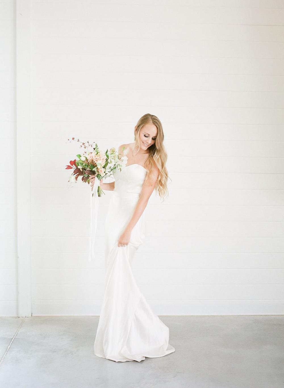 Minimalist bride with Studio Bloom neutral muted modern bridal bouquet at Ashton Hill Farm in Cedar Rapids, Iowa