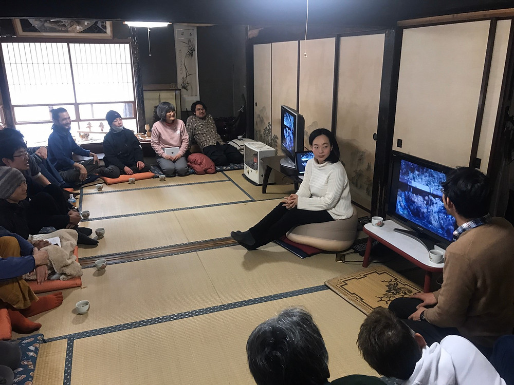 ずーやんの解説と共に1966年に作成された田中製材所の映像に見入るみなさん。