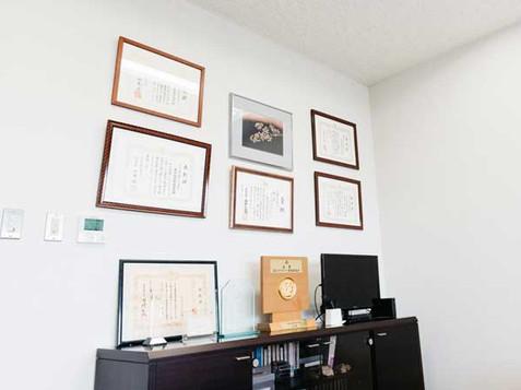 応接室に飾られたたくさんの表彰状