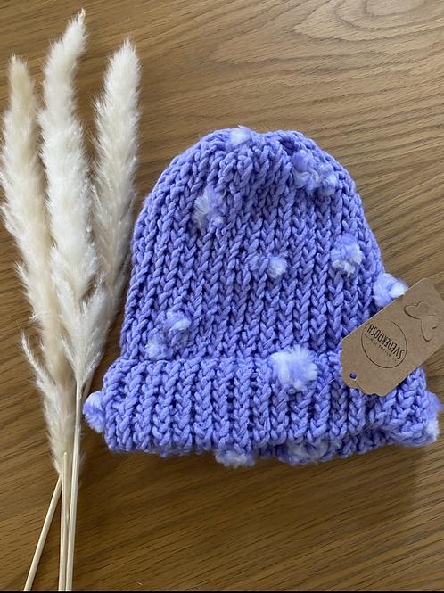 כובע צמר סגול עם פונפונים